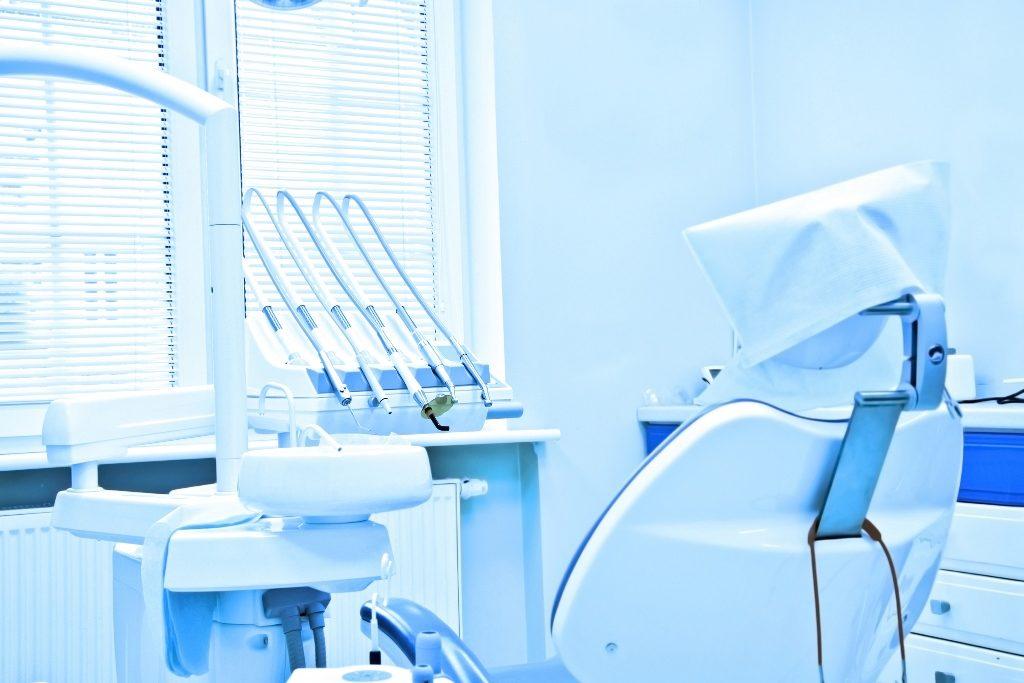 Consultório odontológico com cadeira e equipamentos
