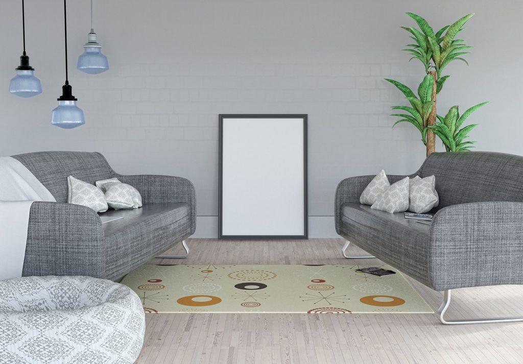 Sala decorada com dois sofás, pendentes, almofadas e plantas