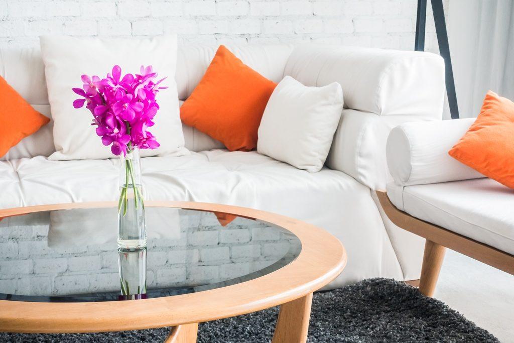 Sala com flor na mesa de centro